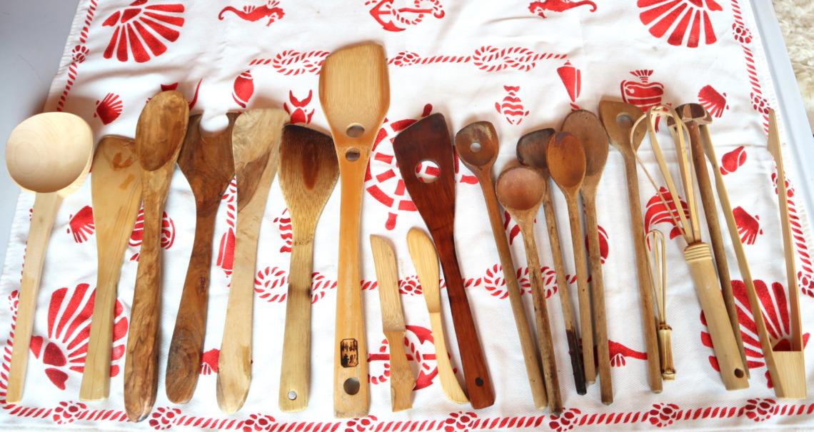 木の料理道具がいっぱい並んでいます。国産から外国製まで多数あります。